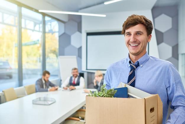 Szczęśliwy młody człowiek, rozpoczynając karierę biznesową