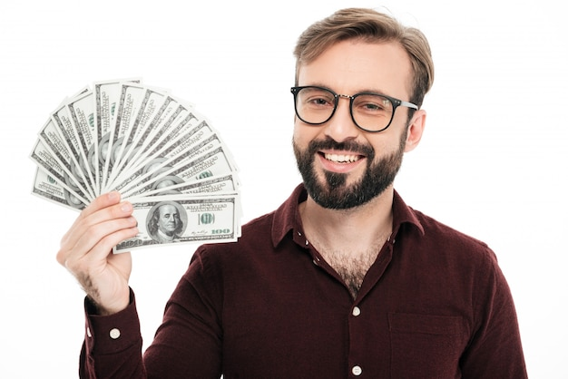 Szczęśliwy młody człowiek trzyma pieniądze.