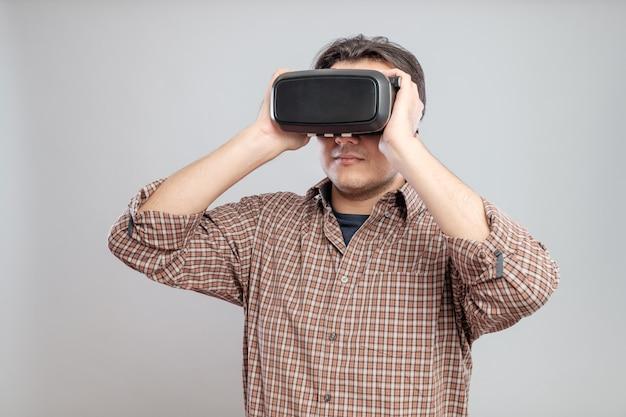 Szczęśliwy młody człowiek używa rzeczywistości wirtualnej słuchawki