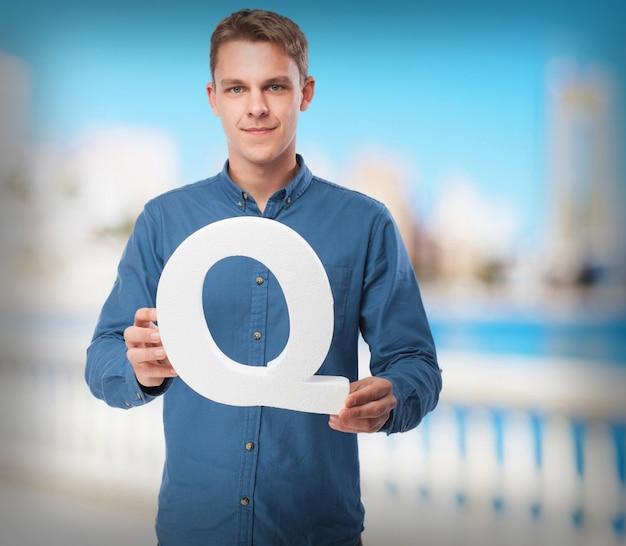 Szczęśliwy młody człowiek z literą q