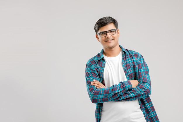 Szczęśliwy młody indiański mężczyzna nad białym tłem