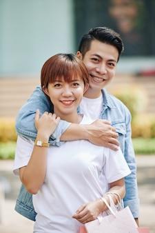 Szczęśliwy młody mężczyzna i kobieta azji