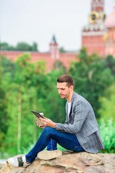 Szczęśliwy młody mężczyzna miejski w europejskim mieście.