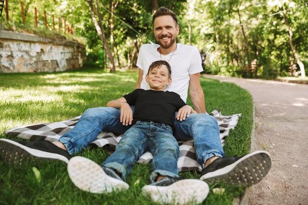 Szczęśliwy młody ojciec bawić się ze swoim małym synkiem