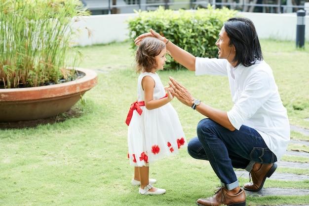 Szczęśliwy młody ojciec spędza czas ze swoją piękną córeczką w weekend
