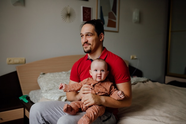 Szczęśliwy młody ojciec z dzieckiem w ramionach koncepcja szczęśliwego rodzinnego ojcostwa
