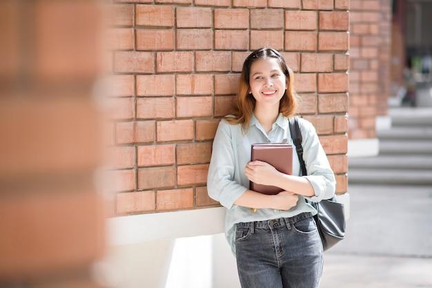 Szczęśliwy młody student azjatyckiego uniwersytetu.