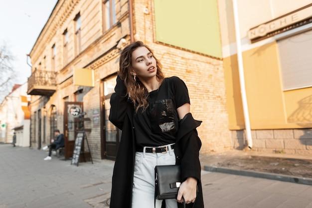 Szczęśliwy model dziewczyna w stroju moda spacery po ulicy