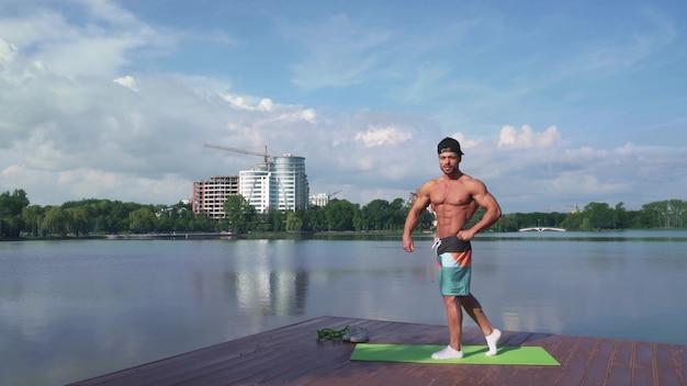 Szczęśliwy muskularny mężczyzna z gołej piersi trening na świeżym powietrzu