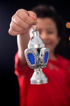 Szczęśliwy muzułmański chłopiec z świąteczną latarnią ramadan