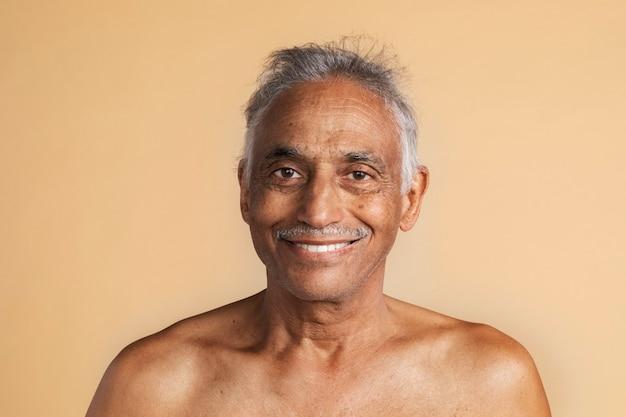 Szczęśliwy, nagi, mieszany, starszy mężczyzna z indii