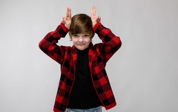 Szczęśliwy nastoletni chłopak w modne ubrania