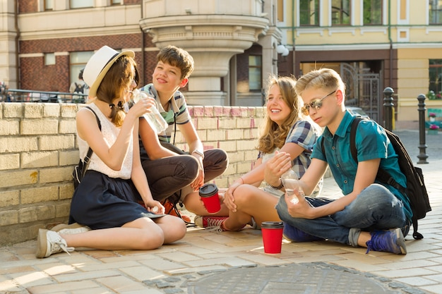 Szczęśliwy nastoletnich przyjaciół zabawy