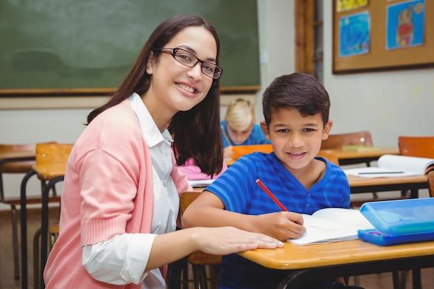 Szczęśliwy nauczyciel pomaga jej uczniom