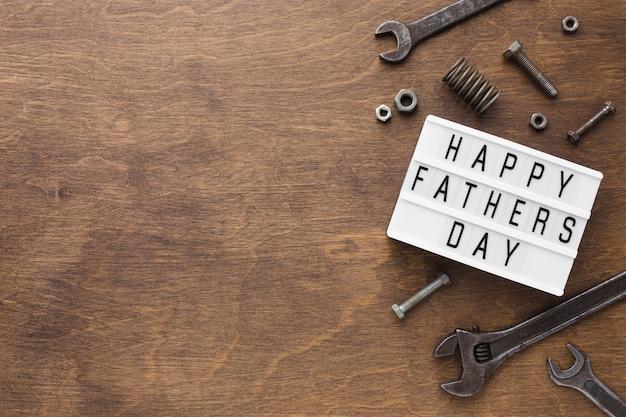 Szczęśliwy ojca dzień na drewnianym tle