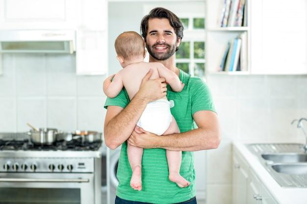 Szczęśliwy ojca przewożenia syn w kuchni