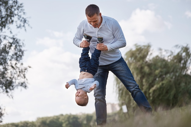 Szczęśliwy ojciec bawi się ze swoim małym synkiem