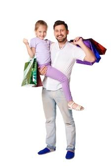Szczęśliwy ojciec i córka z torba na zakupy stać