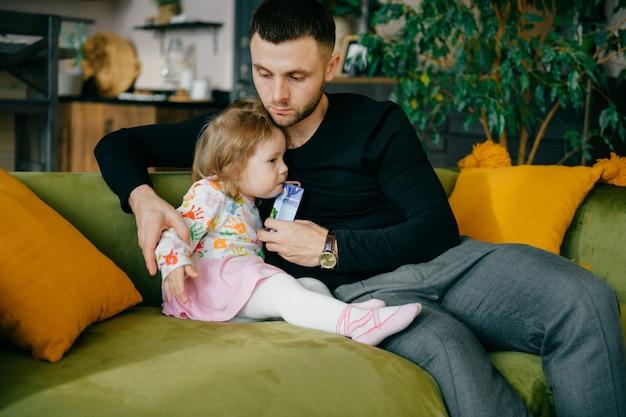 Szczęśliwy ojciec i dziecko spędzają czas w domu w weekendy.