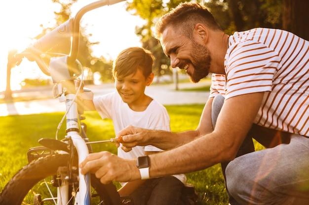Szczęśliwy ojciec i jego syn bawią się razem