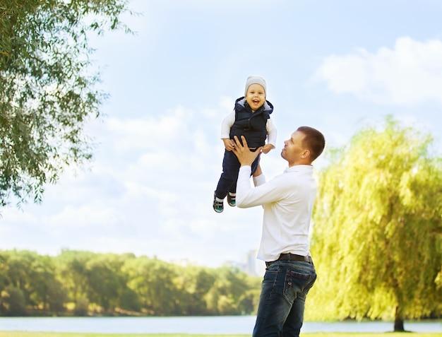 Szczęśliwy ojciec i syn na spacerze w słoneczny dzień
