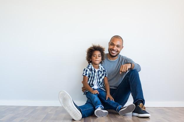 Szczęśliwy ojciec i syn siedzi