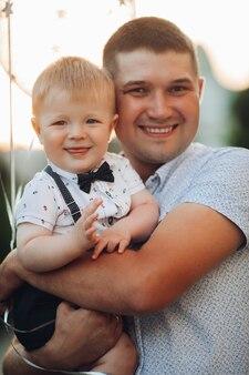 Szczęśliwy ojciec i syn z balonami.