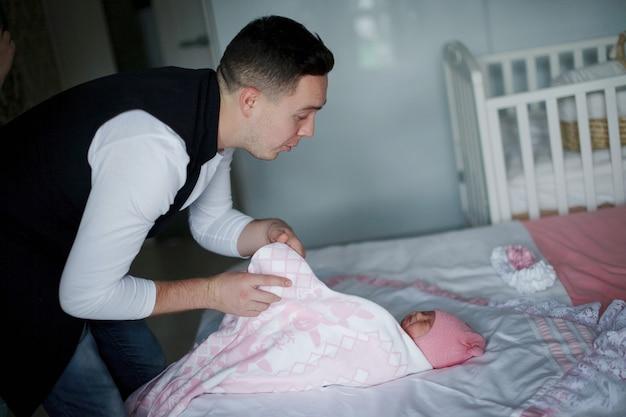 Szczęśliwy ojciec patrząc na swoją nowo narodzoną córkę