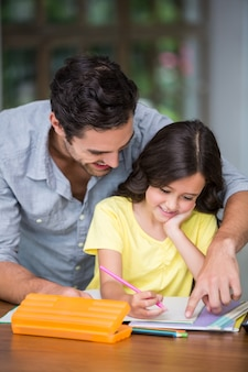 Szczęśliwy ojciec pomaga córki z pracą domową