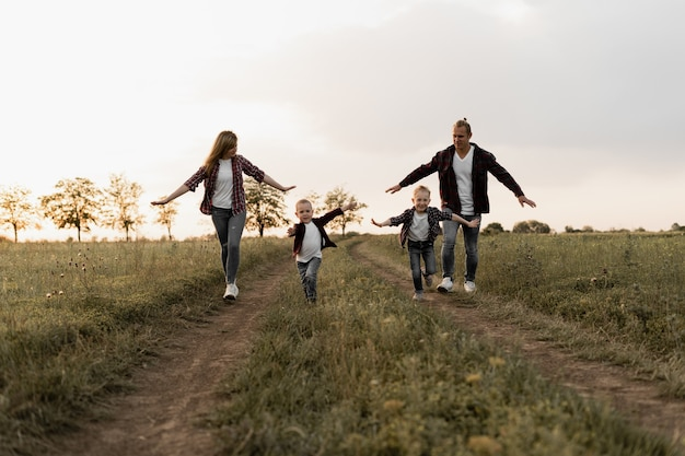 Szczęśliwy ojciec rodziny, matka i dwóch synów