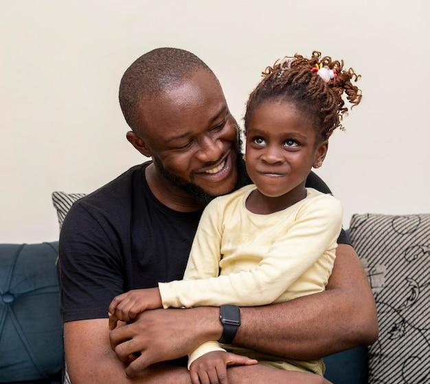 Szczęśliwy ojciec trzyma dziewczynę średni strzał