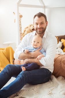 Szczęśliwy ojciec trzyma małego synka. koncepcja ojcostwa