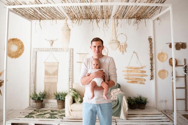 Szczęśliwy ojciec trzyma noworodka