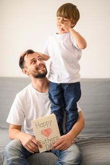 Szczęśliwy ojciec trzymający kartkę z życzeniami