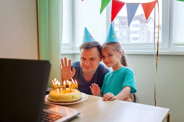 Szczęśliwy ojciec z dwojgiem rodzeństwa świętuje urodziny przez internet w czasie kwarantanny, izolacja