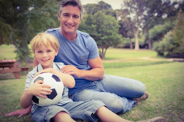 Szczęśliwy ojciec z jego synem przy parkiem