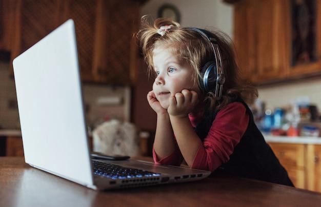 Szczęśliwy piękne dziecko w słuchawkach, słuchanie muzyki