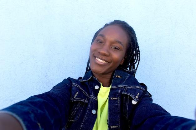 Szczęśliwy piękny afroamerykanin robi selfie
