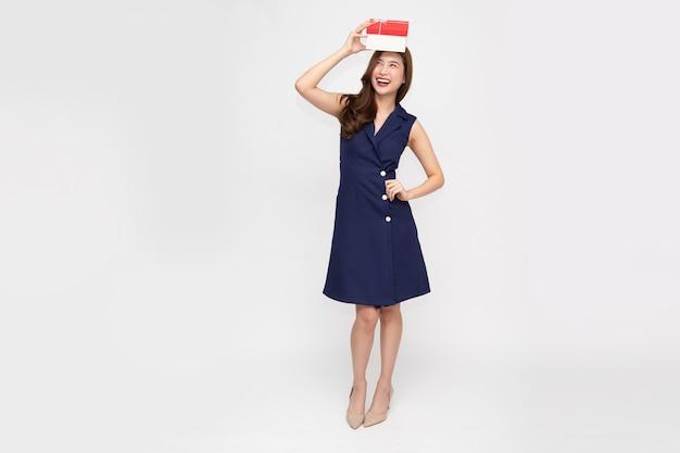 Szczęśliwy piękny uśmiech azji kobieta z pudełko na białym tle. zakochane nastolatki, otrzymujące prezenty od kochanków. koncepcja nowego roku, świąt bożego narodzenia i walentynek