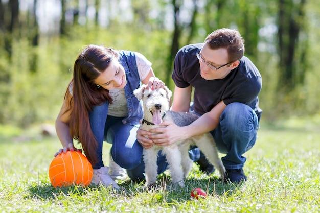Szczęśliwy pies rodzinny, wpatrując się w letni park