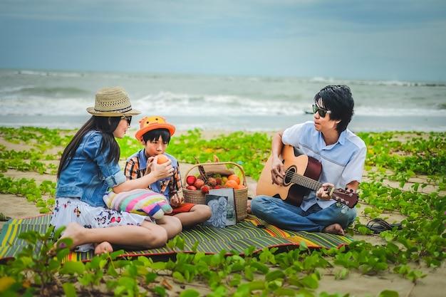 Szczęśliwy piknik rodzinny na plaży.