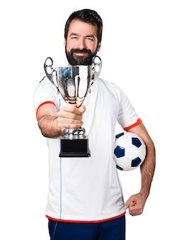 Szczęśliwy piłkarz posiadający piłkę nożną