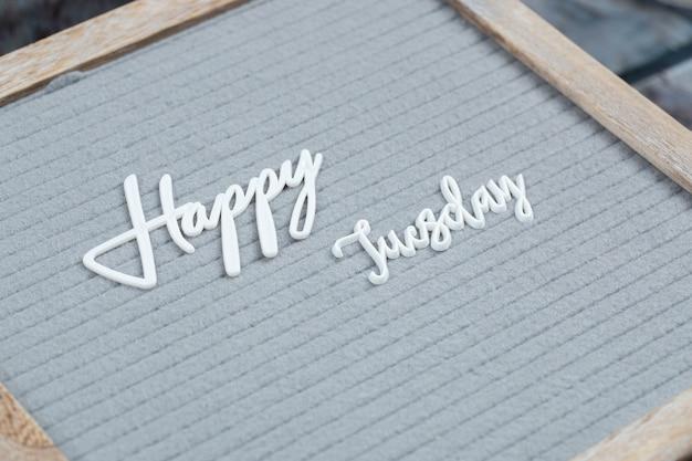 Szczęśliwy plakat dni powszednie napisany symbolami liter na szarej tkance