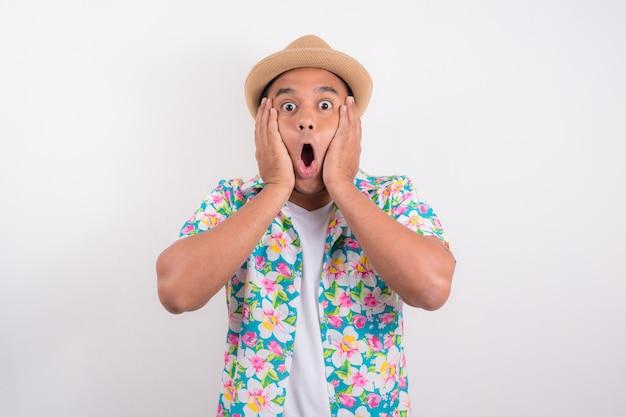Szczęśliwy podekscytowany mężczyzna azji. ma na sobie koszulę letnią w koncepcji festiwalu songkran tajlandia.