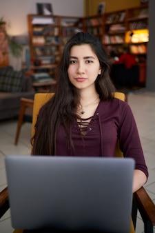 Szczęśliwy pomyślny bizneswoman pracuje na laptopie w współpracującym miejscu, uśmiechnięty żeński przedsiębiorca używa laptop w kawiarni