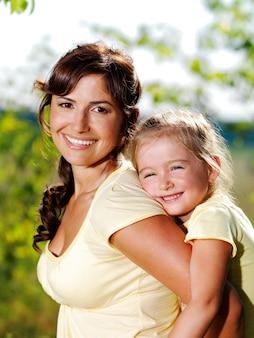 Szczęśliwy portret matki i córeczki na zewnątrz