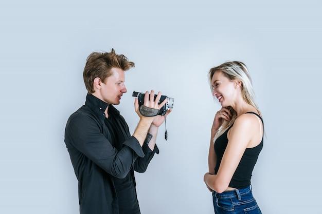 Szczęśliwy portret para trzyma kamerę wideo i nagrywa wideo wideo