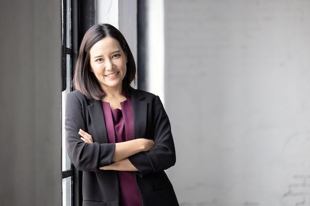 Szczęśliwy portret pięknej bizneswoman, uśmiechając się i sukcesu.