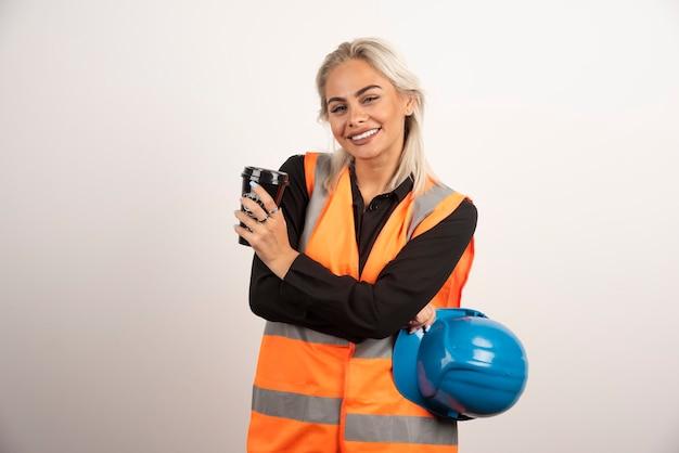 Szczęśliwy pracownik budowlany po przerwie z filiżanką herbaty. wysokiej jakości zdjęcie
