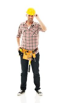 Szczęśliwy pracownik budowlany z żółtym hełmem